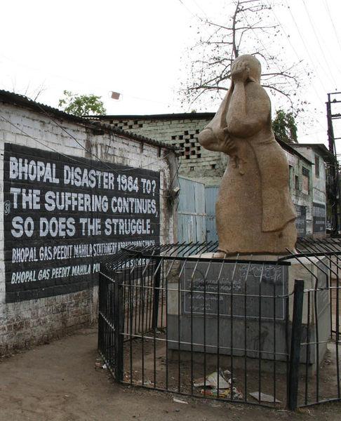 文件:Bhopal-Union Carbide 1 crop memorial.jpg