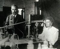 居里夫妇在实验室