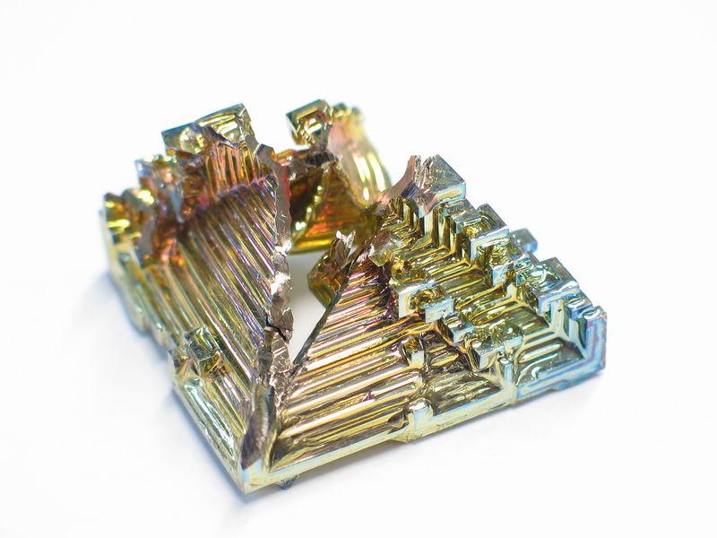 文件:Bismuth crystal macro.jpg