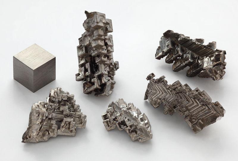 文件:Bismuth crystals and 1cm3 cube.jpg